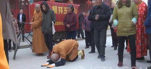 江苏僧人徒步一千多公里 三步一叩朝拜五台山